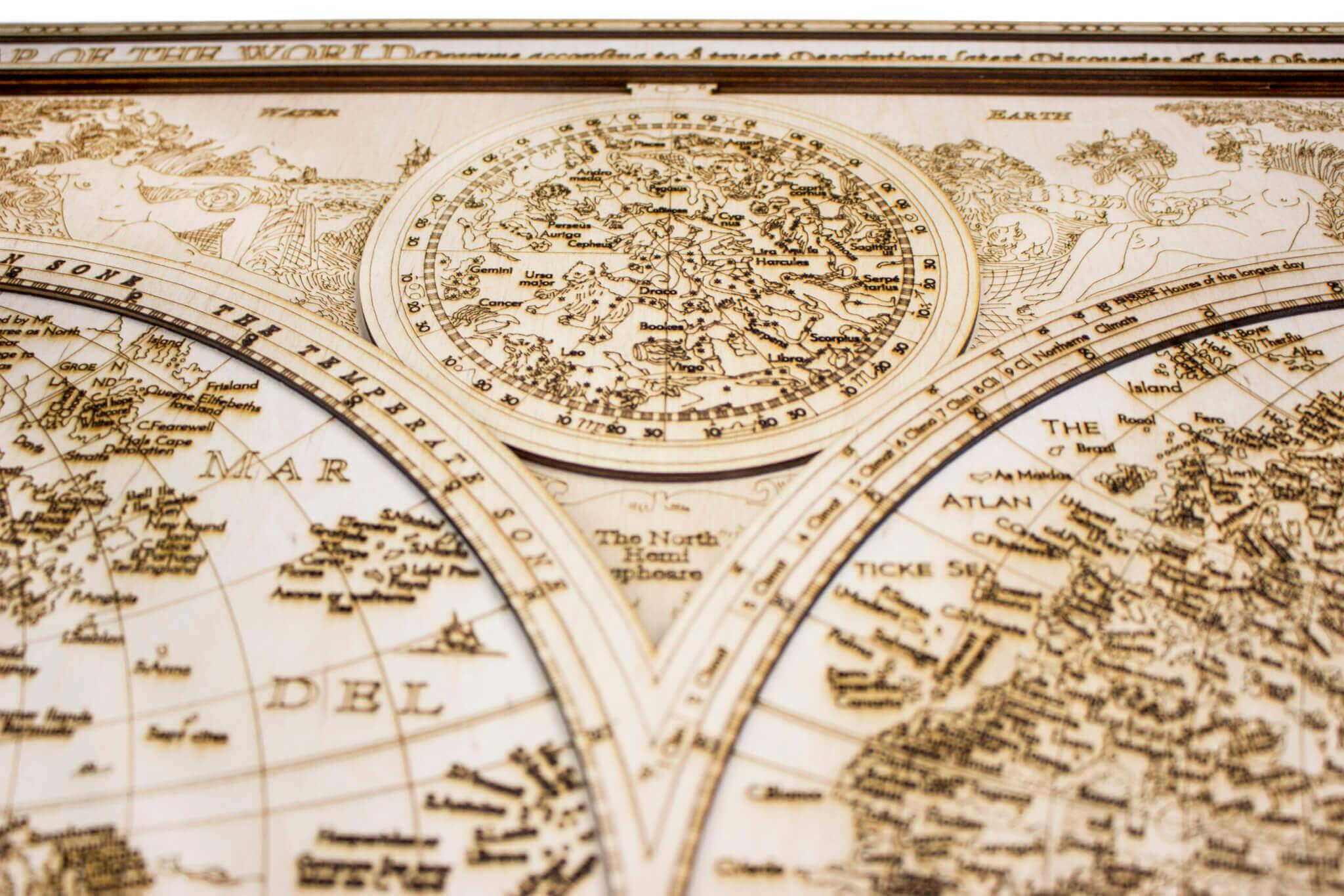 Historická dřevěná mapa světa - detail gravírování